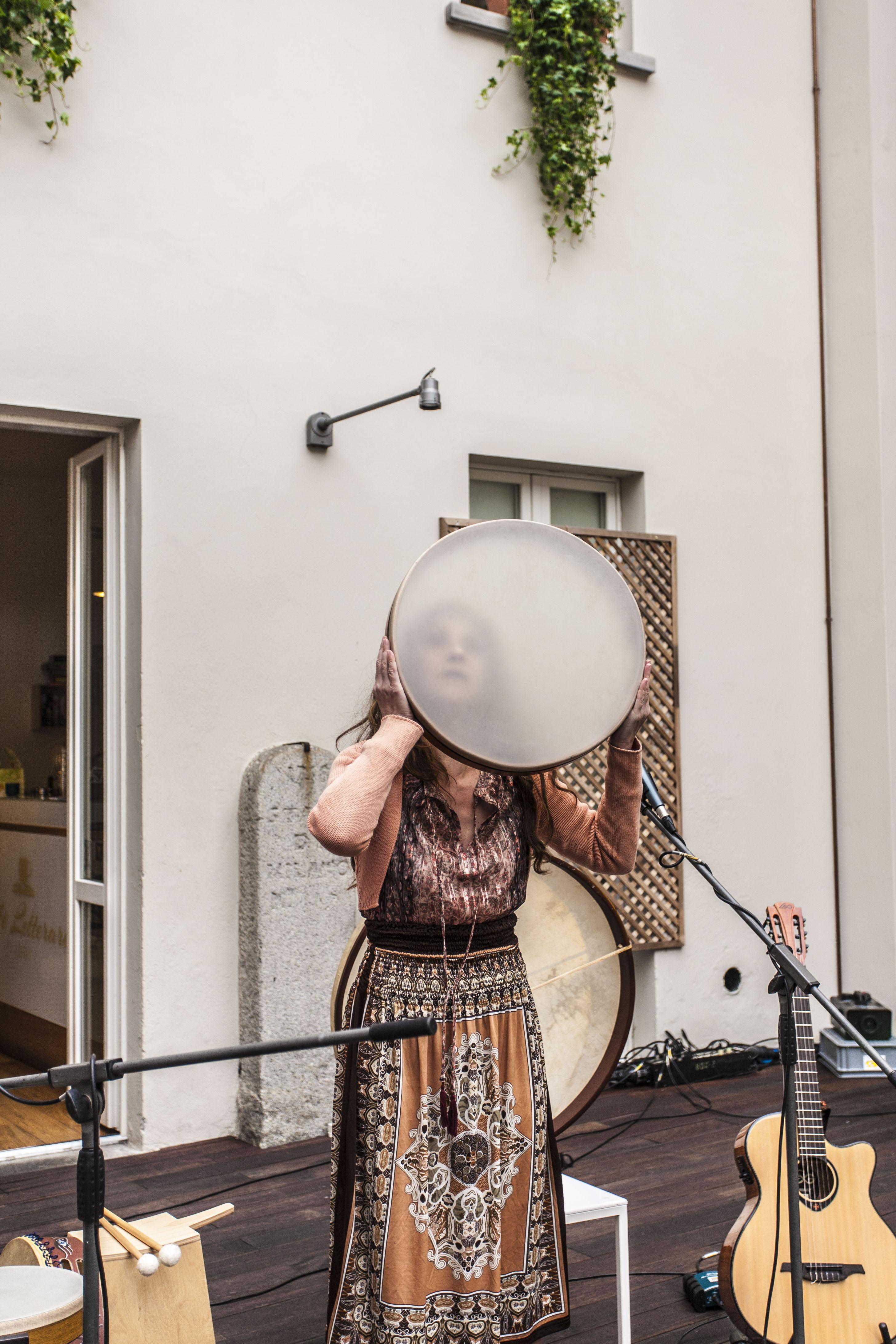 Liliana-Canto-dietro-il-tamburo